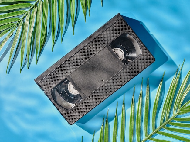 Vintage vhs-cassette op blauwe achtergrond