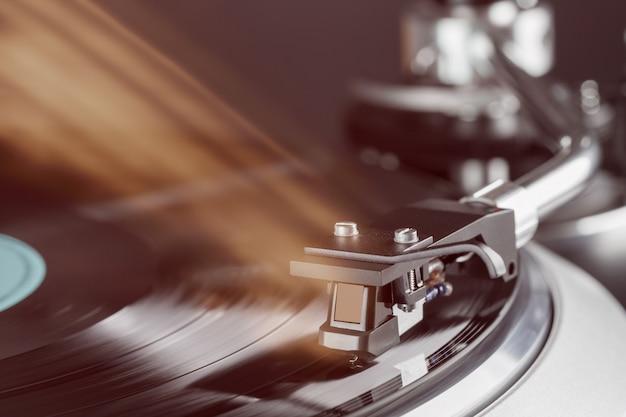 Vintage vinyl draaitafel in actie grai