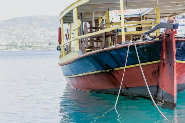 Vintage vissersboot in de haven