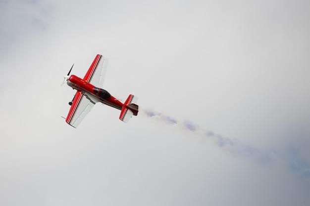 Vintage vliegtuig met blauwe rook