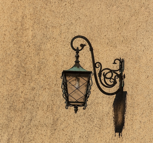 Vintage wandlantaarn in een dag op straat