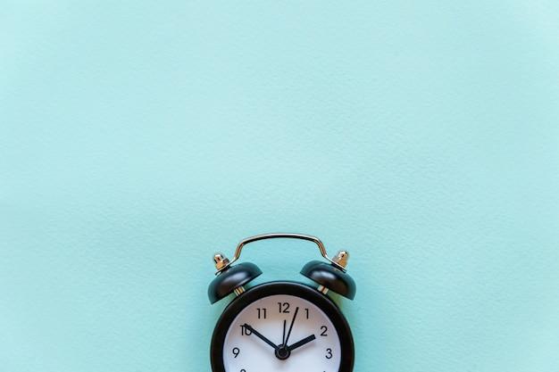 Vintage wekker geïsoleerd op blauwe pastel achtergrond