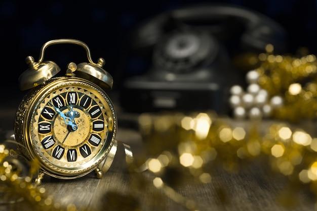 Vintage wekker met vijf tot middernacht. gelukkig nieuwjaar!