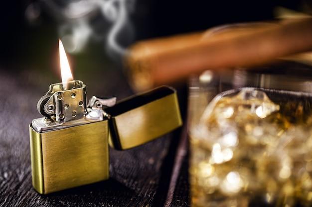 Vintage winddichte aansteker. toegang tot sigaar en glas alcohol vooraan