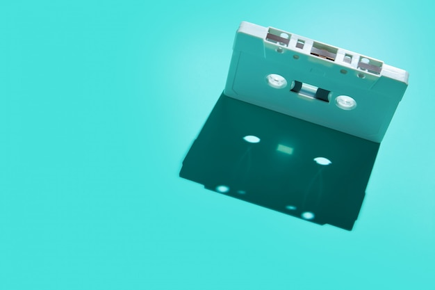 Vintage witte audio cassettekraan met schaduw op gekleurde achtergrond