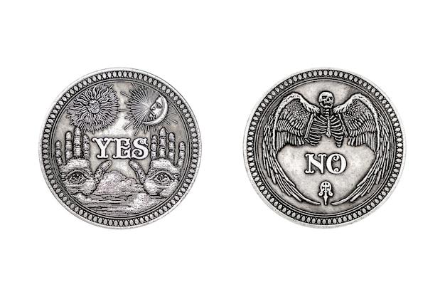 Vintage zilveren flipping munt met ja en nee woord voor maak de juiste keuze, kans, fortuin of beslissing in het leven op een witte achtergrond