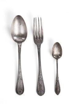 Vintage zilveren vork en lepels op witte achtergrond