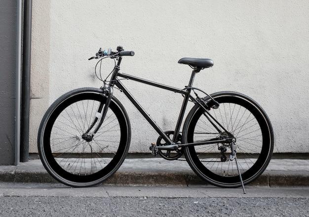 Vintage zwarte kleine fiets buitenshuis