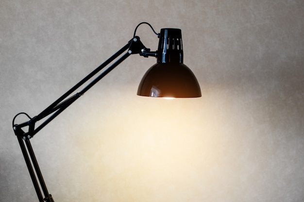 Vintage zwarte leestafellamp wordt ingeschakeld in de kamer