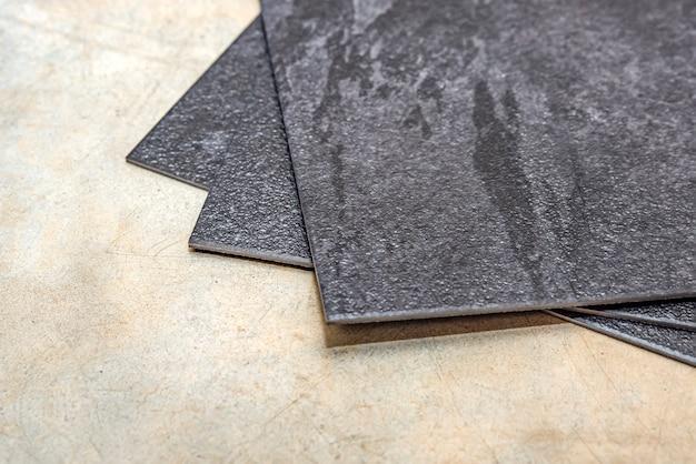 Vinyl pvc-vloer de textuur van de vinylvloer is zwarte monsters van vinyl die zwarte pvc-tegels bedekken op ...