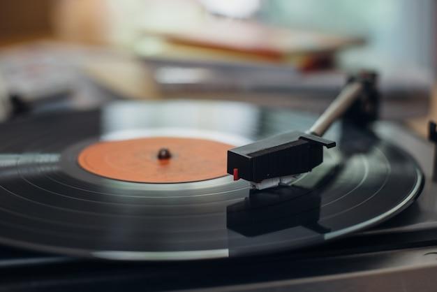 Vinyl record in een speler