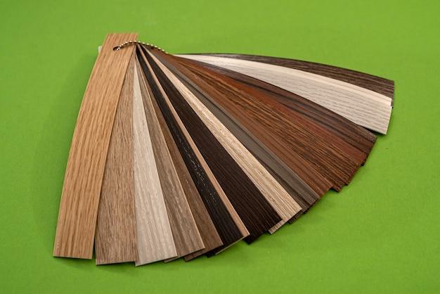Vinyl sampler voor meubels textuur en patroon geïsoleerd op groene achtergrond