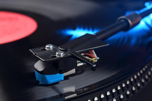 Vinyl speler toonarm met longplay of lp opname close-up shot.