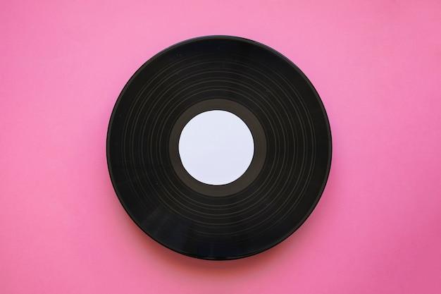 Vinylmodel op roze achtergrond