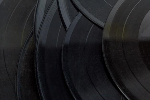 Vinylschijven die op wit worden geïsoleerd