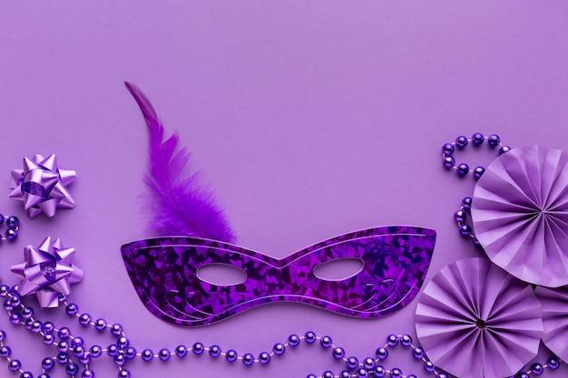 Violet masker en decoraties kopiëren ruimte