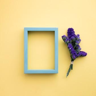 Violette bloemen dichtbij frame