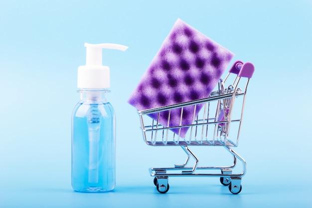 Violette spons met afwasmiddel op blauw