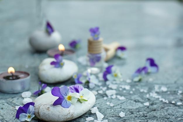 Violette viooltjes en rekwisieten voor spabehandelingen