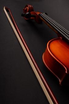 Viool en strijkstok op een zwarte achtergrond