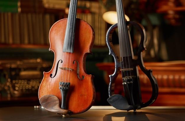 Viool in retrostijl en moderne elektrische altviool, niemand. twee klassieke snaarinstrumenten, muziekkunst