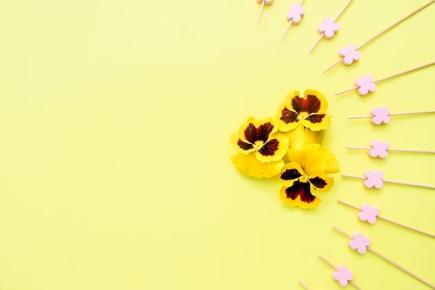 Viooltje geel met spiesjes voor de bereiding van canapeetjes