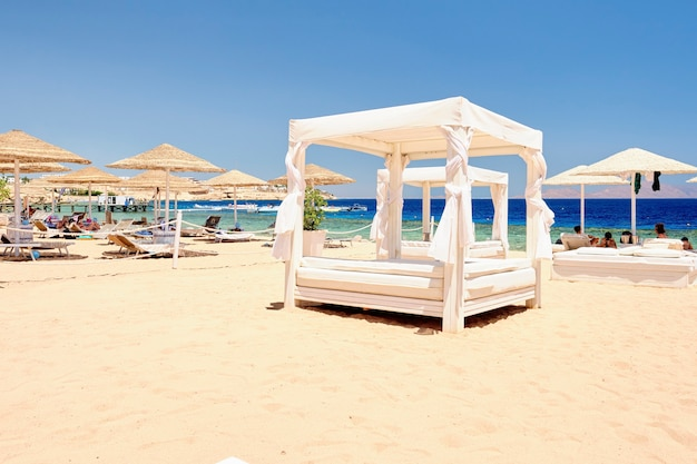 Vip lounge chair op het strand voor een ontspannen vakantie op de achtergrond van de zee.