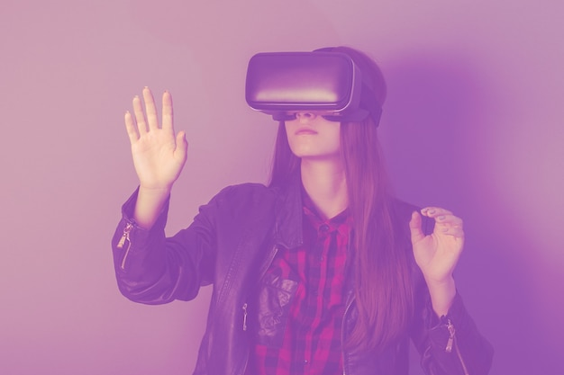 Virtual reality in onderwijs en wetenschap. meisjesgamer in vr-helm. concept van de toekomst
