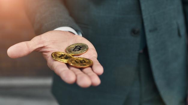 Virtueel geld bijgesneden foto van een man met veel bitcoins in de hand
