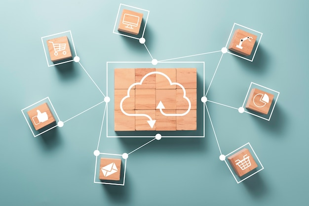 Virtuele cloud computing worden schermgedrukt op houten kubussenblok en verbinden lijn met andere sociale media