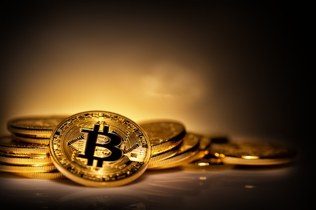 Virtuele valuta bitcoin op stapel verspreide munten