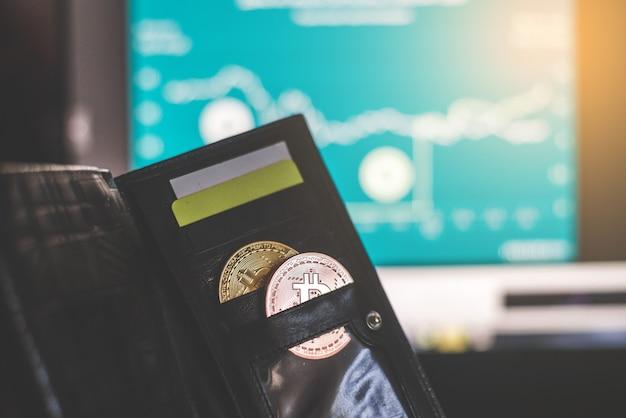 Virtuele valuta-portemonnee. bitcoin gouden munt en gedrukt gecodeerd geld met qr-code. cryptocurrency-concept.