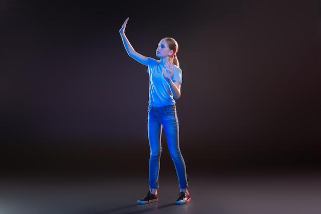 Virtuele wereld. mooie jonge vrouw met behulp van transparante technologie tijdens het testen van moderne ontwikkelingen