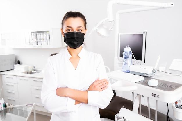Virus. corona-uitbraak. portret van een gemaskerde arts in een kliniek. portret van een tandarts in office.