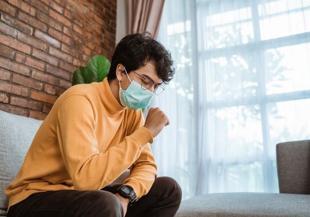 Virussymptomen. man met gezichtsmaskers