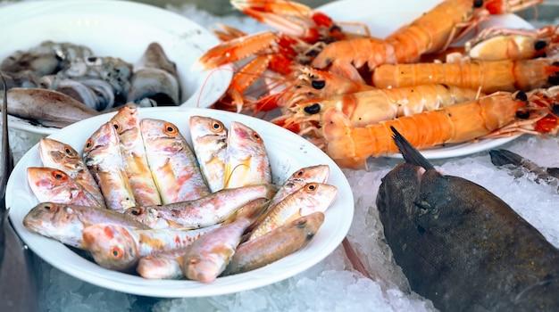 Vis en zeevruchten met garnalen in een restaurant in afitos, halkidiki, griekenland