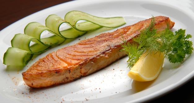 Vis, gegrilde zalm met salade en witte saus