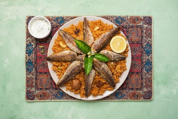 Vis kabsa - gemengde rijstgerechten die afkomstig zijn uit jemen. midden-oosters eten.