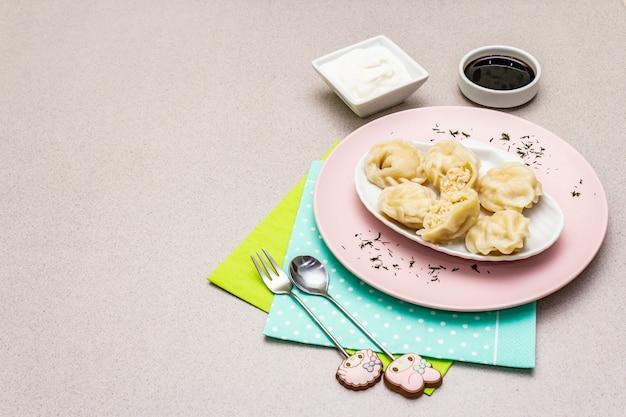 Vis knoedels. het concept van gezond voedsel voor kinderen. kinderbestek, zure room, sojasaus.