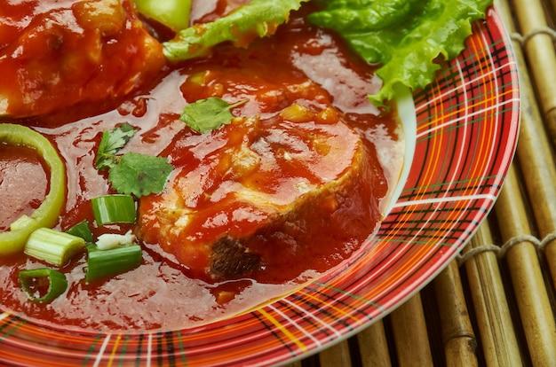 Vis makhani, e rood getinte curry van boter masala of makhani.