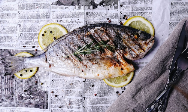 Vis met citroen op krant