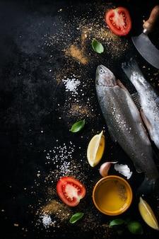 Vis met tomaten en citroenen