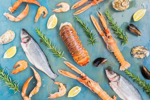 Vis, oesters, langoustines en garnalen op blauwe achtergrond