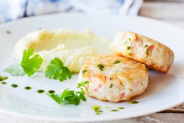Vis- of kipkoteletten met aardappelpuree. restaurant.