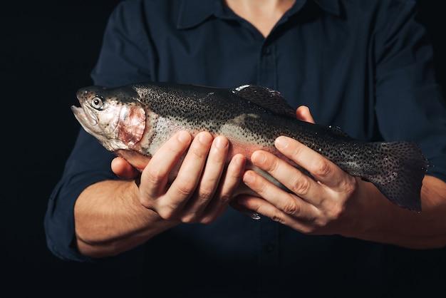 Vis op de handen van de chef
