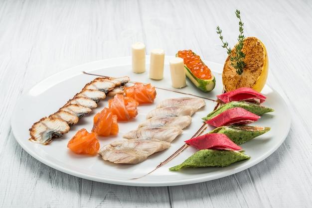 Vis set van zalmkaviaar en verschillende soorten vis
