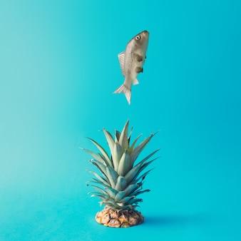 Vis springen uit het water. ananas plons. creatief minimaal voedselconcept.
