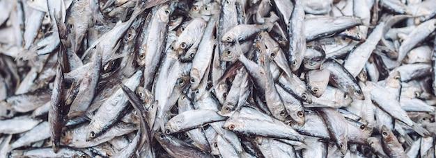 Vis sprot op de vismarkt. verse biologische vis.