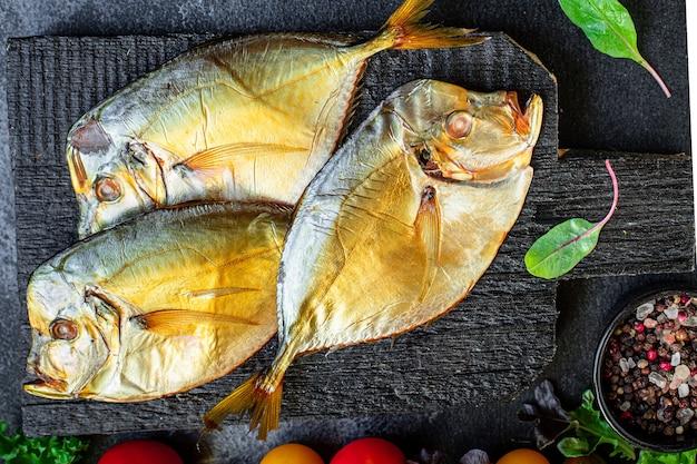 Vis zee vomer gerookte kok snack maaltijd op tafel