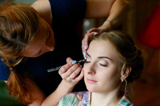 Visagist doet make-up.make-up